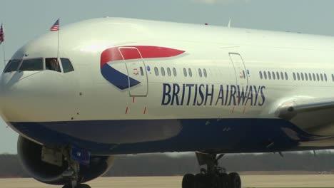El-Primer-Ministro-Británico-David-Cameron-Emerge-De-Un-Avión-De-British-Airways-Para-Saludar-A-Las-Multitudes-