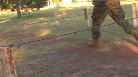 Los-Marines-En-Entrenamiento-Básico-Pasan-Por-Varios-Ejercicios-De-Entrenamiento-Incluida-Una-Carrera-De-Obstáculos-