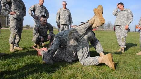 Los-Marines-En-Entrenamiento-Básico-Aprenden-Técnicas-De-Combate-Cuerpo-A-Cuerpo