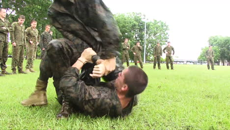Infantes-De-Marina-Y-Australianos-En-Entrenamiento-Básico-Aprenden-Técnicas-De-Combate-Cuerpo-A-Cuerpo-1