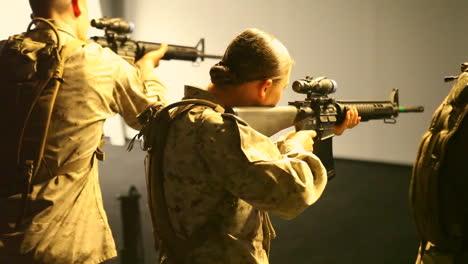 Las-Tropas-Estadounidenses-Practican-Disparando-Armas-En-El-Campo-De-Batalla-En-Un-Teatro-De-Simulación-De-Guerra