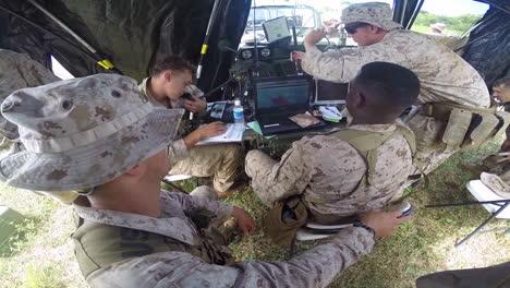 Tropas-Estadounidenses-Trabajando-En-Un-Centro-De-Comando-Móvil-En-El-Campo-1