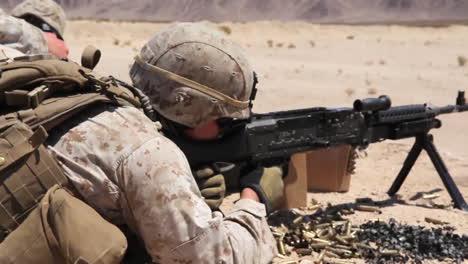 Los-Marines-Estadounidenses-Practican-Disparando-Ametralladoras-En-Ejercicios-De-Campo-De-Batalla-2