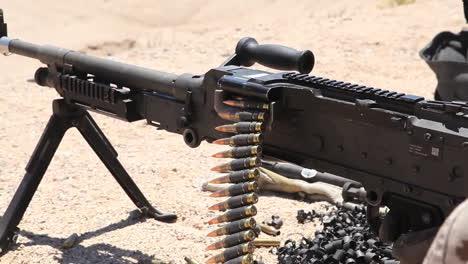 Los-Marines-Estadounidenses-Practican-Disparando-Ametralladoras-En-Ejercicios-De-Campo-De-Batalla-3