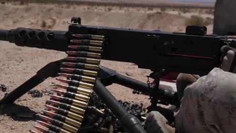 Los-Marines-Estadounidenses-Practican-Disparando-Ametralladoras-En-Ejercicios-De-Campo-De-Batalla-5