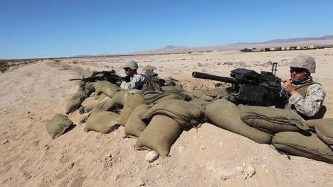 Los-Marines-Estadounidenses-Practican-Disparando-Ametralladoras-En-Ejercicios-De-Campo-De-Batalla-7