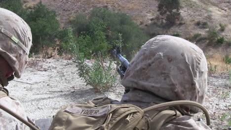 Los-Marines-Estadounidenses-Practican-Disparando-Ametralladoras-En-Ejercicios-De-Campo-De-Batalla-10