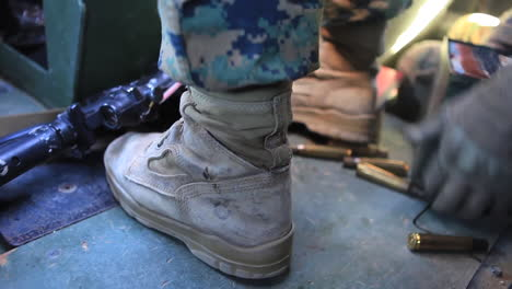 Los-Marines-Estadounidenses-Practican-Disparando-Ametralladoras-Desde-Un-Humvee-En-Ejercicios-De-Campo-De-Batalla