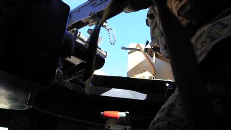 Los-Marines-Estadounidenses-Practican-Disparando-Ametralladoras-Desde-Un-Humvee-En-Los-Ejercicios-De-Campo-De-Batalla-1