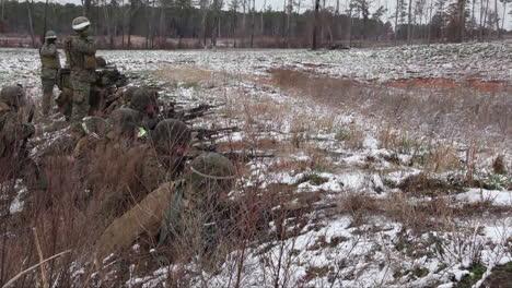 Los-Infantes-De-Marina-Estadounidenses-Practican-Disparando-Ametralladoras-En-Ejercicios-De-Campo-De-Batalla-Durante-El-Invierno