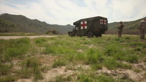 Heridos-Estadounidenses-Se-Someten-A-Cirugía-De-Emergencia-Y-Transporte-A-Un-Hospital-De-Campaña-Durante-La-Batalla