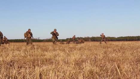 Los-Heridos-Estadounidenses-Son-Transportados-A-Un-Hospital-De-Campaña-En-Helicóptero-Durante-La-Batalla-Simulada-1