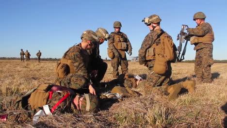Los-Heridos-Estadounidenses-Son-Transportados-A-Un-Hospital-De-Campaña-En-Helicóptero-Durante-La-Batalla-Simulada-3