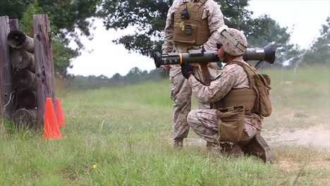 Marines-Learn-To-Fire-The-At4-Light-Antiarmor-Weapon-In-Simulated-Battle