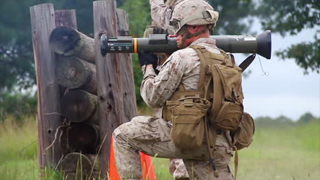 Marines-Learn-To-Fire-The-At4-Light-Antiarmor-Weapon-In-Simulated-Battle-1