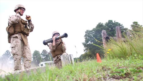 Marines-Learn-To-Fire-The-At4-Light-Antiarmor-Weapon-In-Simulated-Battle-2