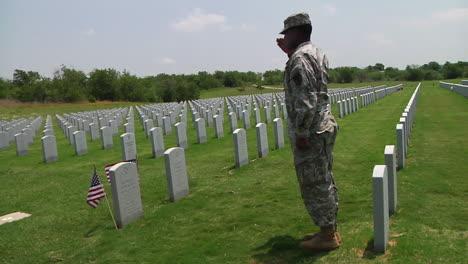 Soldados-Honran-A-Los-Muertos-En-Un-Cementerio-En-Dallas-Ft-Worth-Texas