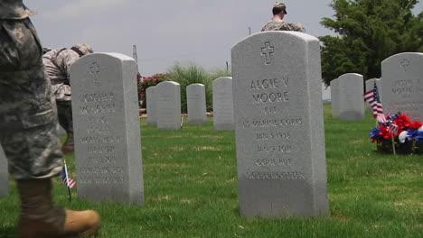 Soldados-Honran-A-Los-Muertos-En-Un-Cementerio-En-Dallas-Ft-Worth-Texas-1