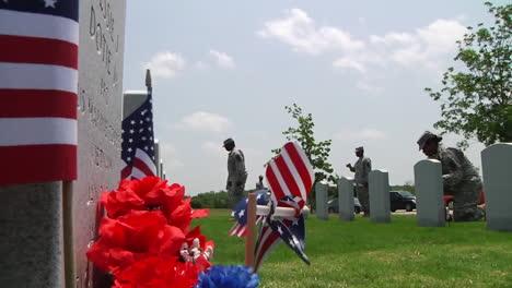 Soldados-Honran-A-Los-Muertos-En-Un-Cementerio-En-Dallas-Ft-Worth-Texas-2