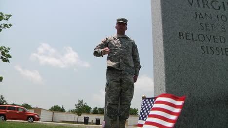 Soldados-Honran-A-Los-Muertos-En-Un-Cementerio-En-Dallas-Ft-Worth-Texas-3