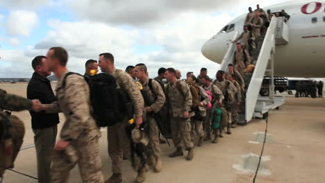 Los-Soldados-Regresan-Del-Despliegue-En-El-Extranjero-Para-Reunirse-Con-Sus-Familias