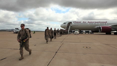 Los-Soldados-Regresan-Del-Despliegue-En-El-Extranjero-Para-Reunirse-Con-Sus-Familias-1