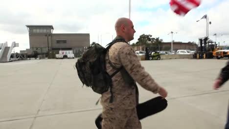 Los-Soldados-Regresan-Del-Despliegue-En-El-Extranjero-Para-Reunirse-Con-Sus-Familias-2