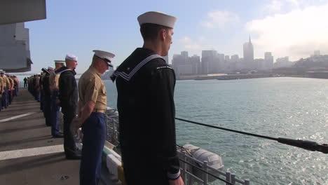 Marines-Und-Matrosen-Bemannen-Die-Schienen-Wenn-Sie-Den-Hafen-Von-San-Francisco-Erreichen-3