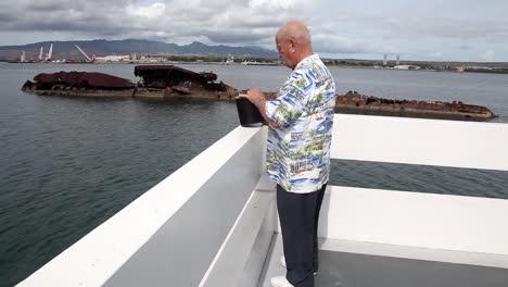 Un-Hombre-Vierte-Las-Cenizas-De-Un-Ser-Querido-Sobre-El-Costado-De-Un-Barco-Cerca-Del-Pearl-Harbor-Memorial-En-Hawai