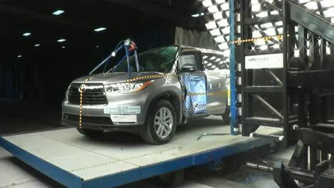 La-Junta-Nacional-De-Seguridad-En-El-Transporte-Por-Carretera-Prueba-De-Choque-Un-Toyota-Highlander-1-2014