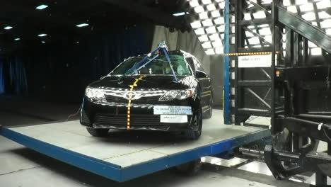 La-Junta-Nacional-De-Seguridad-En-El-Transporte-Por-Carretera-Prueba-De-Choque-Un-Toyota-Camry-2-2014