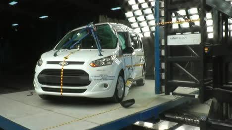La-Junta-Nacional-De-Seguridad-En-El-Transporte-Por-Carretera-Prueba-De-Choque-Un-Ford-Transit-2-2014