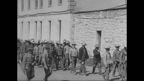 Prisoners-Line-Up-And-Enter-The-Prison-At-Ft-Leavenworth-Kansas-In-1918
