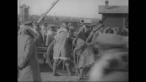 The-Russian-Army-Loads-Cannons-And-Other-Weapons-Onto-Trains-In-1918