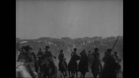 Tropas-Del-Ejército-Mongol-O-Siberiano-A-Caballo-Cargan-Más-Allá-De-La-Cámara
