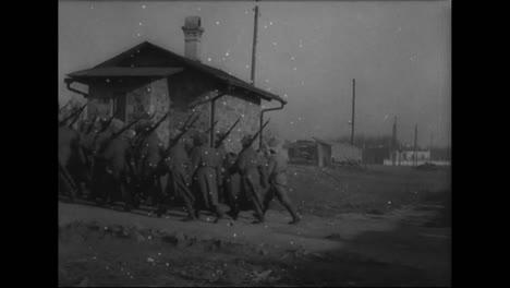 El-Ejército-Ruso-Marcha-En-Formación-Cerca-De-Vladivostok-Siberia-Rusia-Desde-1918-1