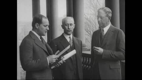 Orville-Wright-Y-Wilbur-Wright-Reciben-La-Distinguida-Cruz-Voladora-En-El-Edificio-Estatal-De-Guerra-Y-Marina-En-1929