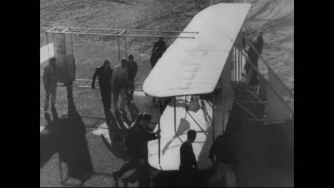 Una-Réplica-Del-Kitty-Hawk-Vuela-En-Camden-New-Jersey-En-La-Década-De-1930-Y-Los-Biplanos-Sobrevuelan-Manhattan-