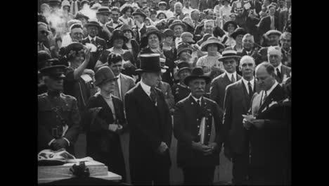 Calvin-Coolidge-Y-Otros-Funcionarios-Del-Gabinete-Hablan-Ante-Una-Gran-Multitud-Y-Las-Mujeres-Tienen-Derecho-Al-Voto-En-1919-