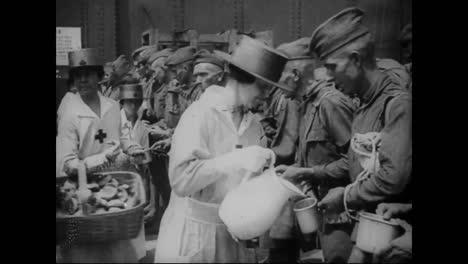 Las-Mujeres-De-La-Cruz-Roja-Ver-A-Los-Soldados-Rumbo-A-La-Primera-Guerra-Mundial-Los-Marineros-Se-Someten-A-Un-Simulacro-De-Bote-Salvavidas