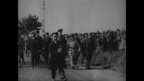 General-Douglas-Macarthur-Wird-1935-Von-Sekretär-Dern-Dekoriert