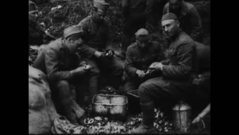 Im-Ersten-Weltkrieg-Werden-Rationen-An-Hungrige-Soldaten-Geliefert