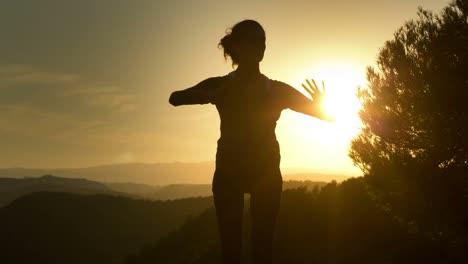 Mujer-haciendo-yoga-fuera-06