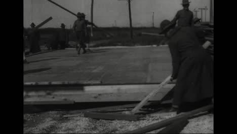 Los-Trabajadores-Construyen-Una-Casa-Prefabricada-En-1918-