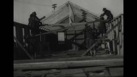 Los-Trabajadores-Construyen-Una-Casa-Prefabricada-En-1918-1