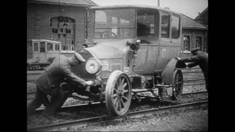 Der-Aufgenommene-Deutsche-Kriegsfilm-Aus-Dem-Ersten-Weltkrieg-Zeigt-Ein-Deutsches-Auto-Das-Auf-Einer-Bahnstrecke-Fährt
