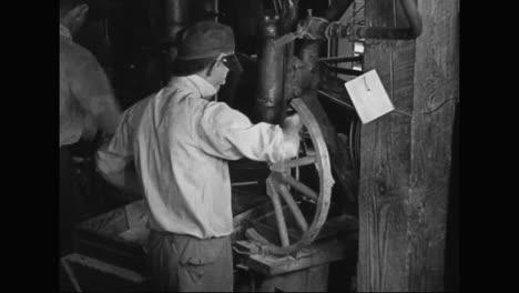 Los-Trabajadores-De-Una-Fábrica-De-Automóviles-Fabrican-Los-Radios-De-Las-Ruedas-De-Un-Modelo-T-En-1915