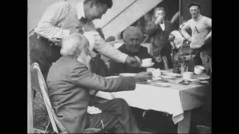 Henry-Ford-Y-Sus-Amigos-Van-De-Campamento-En-1918