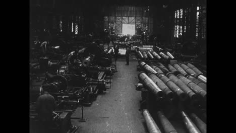 Cannons-And-Artillery-Are-Made-In-A-Factory-In-Italy-In-1914