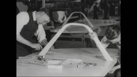 Airplanes-Are-Built-In-A-Factory-In-1917-5